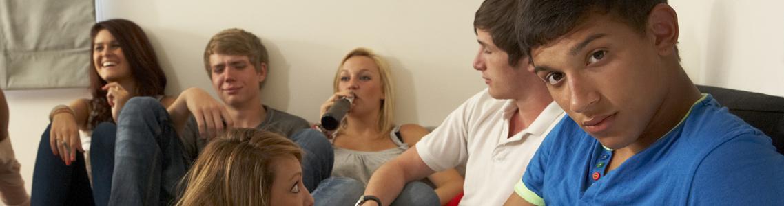 Jugendgruppe, die kifft und Alkohol trinkt