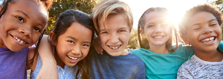 Kinder und Jugendliche aus verschiedenen Kulturen