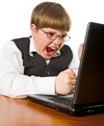 Knabe streitet mit dem Computer