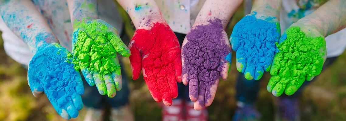Kinder mit farbigen Händen